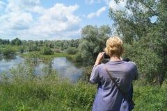 La fille photographie le paysage de forêt images stock