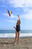 La fille pilote le cerf-volant Image stock