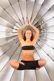 La fille plane dans le maintien de yoga dans le studio images libres de droits