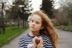 La fille a plié ses mains un en forme de coeur photographie stock