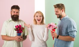 La fille populaire suscitent l'attention d'hommes de sort Le sourire de femme fait choisir l'occasion l'associé Concurrents d'hom photos libres de droits
