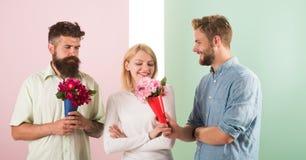 La fille populaire suscitent l'attention d'hommes de sort Le sourire de femme fait choisir l'occasion l'associé Goûts heureux de  images libres de droits
