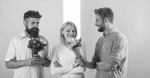 La fille populaire suscitent l'attention d'hommes de sort Le sourire de femme fait choisir l'occasion l'associé Goûts heureux de  photos stock