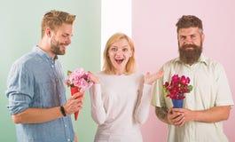 La fille populaire suscitent l'attention d'hommes de sort Le sourire de femme fait choisir l'occasion l'associ? Concurrents d'hom photographie stock libre de droits