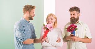 La fille populaire suscitent l'attention d'hommes de sort Le sourire de femme fait choisir l'occasion l'associ? Go?ts heureux de  photo libre de droits