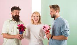 La fille populaire suscitent l'attention d'hommes de sort Le sourire de femme ne peut pas choisir l'associé, saisit les deux bouq photo stock