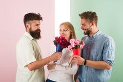 La fille populaire suscitent l'attention d'hommes de sort Les concurrents d'hommes avec l'essai de fleurs de bouquets conquièrent Photo libre de droits
