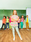 La fille positive tient le tableau noir proche avec des nombres Images libres de droits