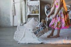 La fille près d'un arbre de Noël avec un lapin préféré de jouet, boîtes, Noël, nouvelle année, mode de vie, vacances, vacances, s Image stock
