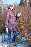 La fille près d'un buisson. Image libre de droits