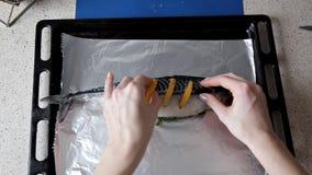 La fille prépare des poissons avec le citron sur la table dans sa cuisine Dîner, faisant cuire clips vidéos