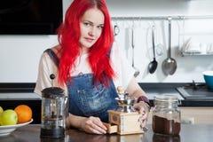 La fille prépare le café dans une salle de cuisine, amis Photo stock