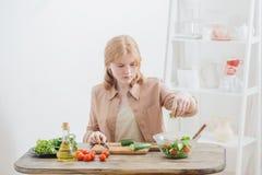 la fille prépare la salade à la maison photos libres de droits