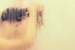La fille prend une douche dans la salle de bains Photographie stock libre de droits