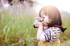 La fille prend une photo Image libre de droits