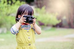 La fille prend une photo Photographie stock