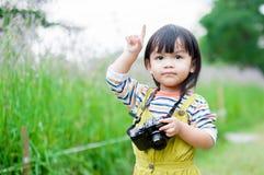 La fille prend une photo Photo libre de droits
