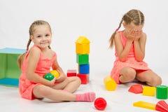 La fille a pris le jouet offensant autre Photo libre de droits