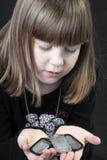 La fille prise les étiquettes de l'identification du père Images libres de droits