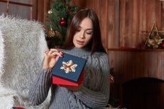 La fille qui déballe le cadeau de Noël étonné et ravi images libres de droits