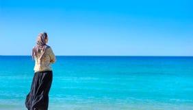 La fille réfléchit sur le bord de la mer Photo libre de droits