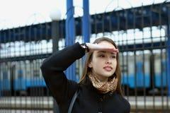 La fille recherche ses amis couvrant des yeux Image libre de droits