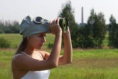 La fille rectifie un masque de gaz Photos libres de droits