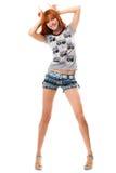 La fille red-haired espiègle affiche des klaxons Photo stock