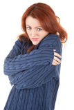 La fille Red-haired essaye de maintenir chaud Photo stock