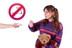 La fille refuse le tabagisme images stock