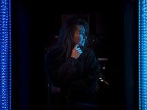 La fille regardant la LED s'allume, nuit, extérieure Photo libre de droits