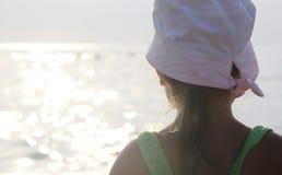 La fille regarde la mer photographie stock