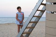 La fille regarde la mer Image libre de droits