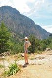 La fille regarde la montagne Images libres de droits
