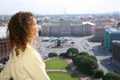 la fille regarde la rue de Pétersbourg Images libres de droits