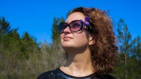 la fille regarde le ciel 2 Image libre de droits