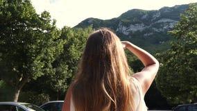 La fille regarde les montagnes banque de vidéos