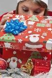 La fille regarde son cadeau Image stock