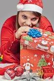 La fille regarde son cadeau Images stock