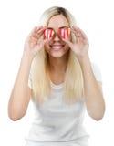 La fille retient deux coeurs avant ses yeux Images stock