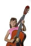 La fille retient la guitare dans l'image de studio. photo libre de droits