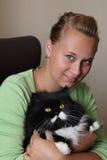 La fille retient un chat Photographie stock libre de droits
