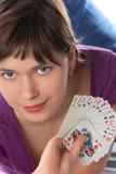 La fille retient un paquet de cartes de jeu Image libre de droits