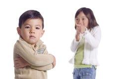 La fille rit du jeune frère. images libres de droits