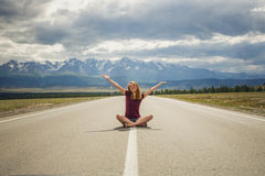 La fille, route, montagnes Photo stock