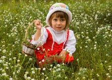 La fille sélectionne des fleurs Photos stock