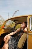 La fille s'asseyent à l'intérieur du véhicule Image libre de droits
