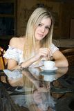 La fille s'assied en café Image stock