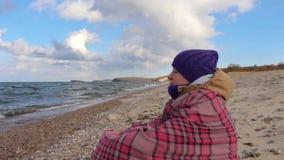 La fille s'assied sur le rivage de la mer et médite Vagues, beau paysage banque de vidéos