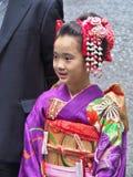 La fille s'est habillée dans la robe traditionnelle appelée Kimono Photos stock